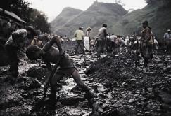 Minas de esmeraldas, esmeralderos: https://www.youtube.com/watch?v=DUcDwTTENBg #Colombia.