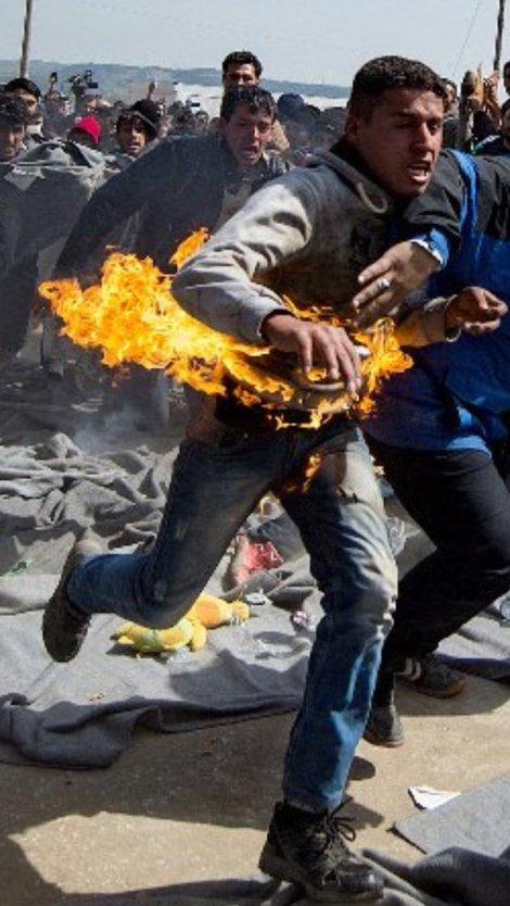 Un hombre corre en llamas tras tratar de quemarse a lo bonzo durante una protesta en el campo de refugiados de Idomeni por el cierre de la frontera entre Grecia y Macedonia.