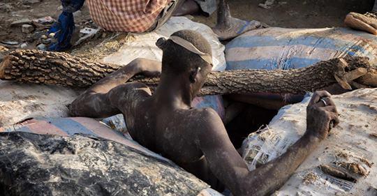 A 150 m de profundidad y 50° de temperatura, hombres, mujeres y menores excavan durante diez horas al día para encontrar el metal precioso: ORO. Con riesgo de colapsos, humos altamente tóxicos y en contacto cercano con mercurio y cianuro.